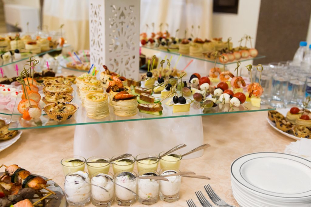 ... Hors du0027 oeuvres Parties Catering Wedding Cakes. ?; ? & 100 Heavyweight Elegant Plastic Disposable 7.5u201d Small Plates u0026 100 ...